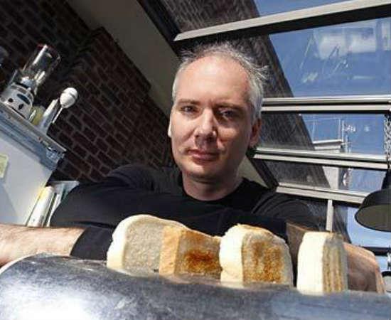 E falando em torradas, tem quem colecione... torradeiras! Jens Veerbeck criou um site em 1996 para exibir seu acervo, que conta com mais de 600 desses eletrodomésticos.