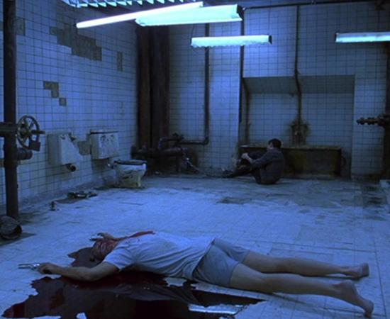 Jogos Mortais (James Wan, 2004) - Uma das séries com mais violência explícita do cinema começou com dois homens e um cadáver presos em um lugar abandonado. O homem morto no chão serve para lembrar que os sobreviventes podem morrer se não jogarem o jogo proposto por um maníaco desconhecido que parece saber muito sobre eles. Muitas cenas de tortura depois (inclusive uma automutilação histórica), a identidade do criminoso é revelada. Bem, mais ou menos.