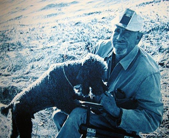 O escritor John Steinbeck aparece com seu cachorro Charley. O americano é autor de A Leste do Éden (1952) e As Vinhas da Ira (1939). Recebeu o Nobel de Literatura de 1962.