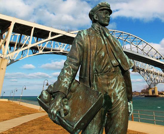 INICIAÇÃO CIENTÍFICA - Por ser um péssimo aluno, Thomas Edison decidiu abandonar a escola após três meses de aula. Mas, em casa, ele lia todos os livros de ciência da mãe, que era professora. Logo montou um laboratório de química no sótão. Anos mais tarde, ele arranjou trabalho como vendedor de jornais dentro dos trens que passavam por Port Huron (uma cidade de Michigan, para onde sua família se mudara). Quando tinha tempo, ele lia e fazia experiências científicas dentro de um vagão. Atualmente, existe uma estátua em homenagem a Edison na cidade.