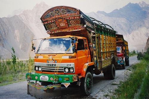 A Karakoram tem a fama de ser a rodovia pavimentada mais alta do mundo - em alguns pontos a estrada está a 4700 metros de altura. O nome vem da cadeia de montanhas Karakoram, cortada pela estrada, que liga a China ao Paquistão.