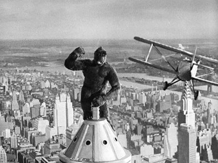 O <i>King Kong</i> clássico é de 1933, mas o cinema já viu algumas versões desde então. A última delas é de 2005, dirigida por Peter Jackson. Em todas, a trama é mais ou menos a mesma: um cineasta embarca para uma ilha selvagem, onde pretende gravar um filme. Lá, encontra o King Kong, entre outros seres fantásticos.
