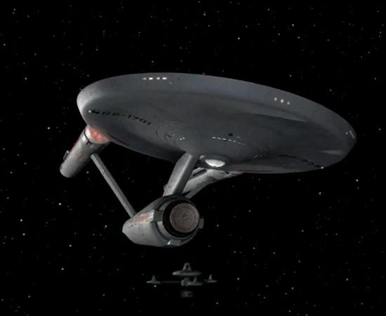 A memorável frase da abertura: O espaço, a fronteira final... Estas são as viagens da nave estelar Enterprise, em sua missão de cinco anos para explorar novos mundos, pesquisar novas vidas, novas civilizações, audaciosamente indo, onde nenhum homem jamais esteve.' - James T. Kirk