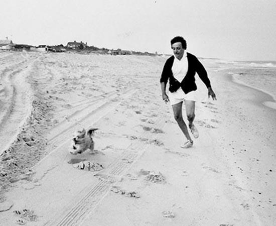 Kurt Vonnegut corre com seu cachorro Pumpkin. Ele escreveu romances, ensaios e peças de teatro. Ficou famoso por Matadouro 5 (1969), O Espião Americano (1961), Revolução no Futuro (1952) e Cama de Gato (1963).