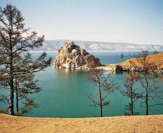 Existe uma razão para esta maravilha natural ser pouco conhecida: ela está localizada em uma das regiões mais frias do mundo, a Sibéria. O Baikal é o maior lago de água doce da Ásia, com 636 km de comprimento e 80 km de largura. Além disso, é o mais fundo do planeta, com 1680 metros de profundidade.