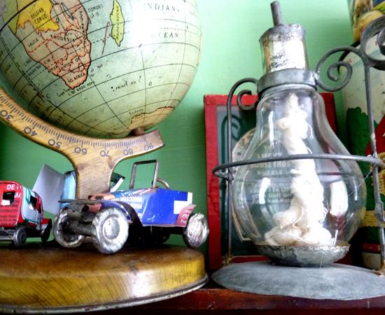 Para construir uma lamparina, basta encher a ampola de vidro com um combustível e embeber um barbante no líquido. O pavio deve ser estendido até o bocal da lâmpada.
