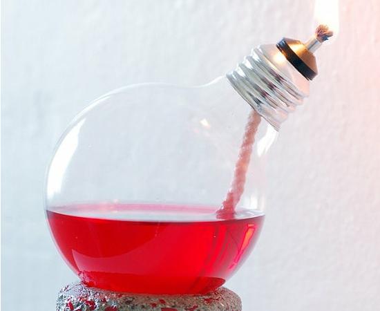 Você pode usar lâmpadas queimadas para fazer lamparinas caseiras.