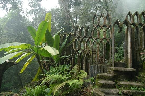 O jardim de esculturas Las Pozas fica no México. No meio da vegetação e de cachoeiras destacam-se esculturas de concreto em formatos incríveis.