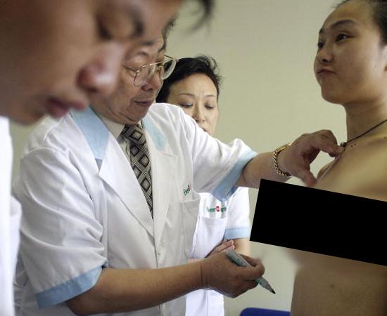 LATRONUDIA - Excitação sexual ao se despir para médicos.