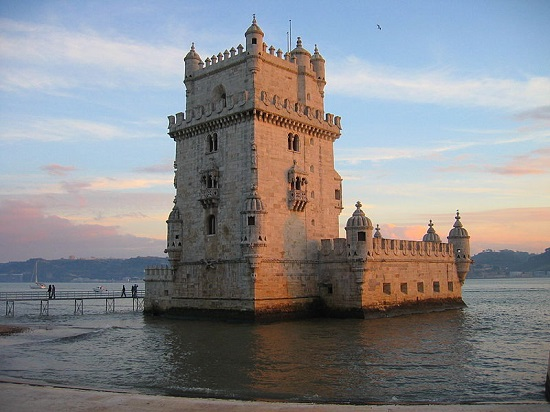 Nossos antepassados tiveram bons motivos para cair no mar e sair de Lisboa, mas isso não significa que a capital portuguesa seja pouco interessante. Não é preciso muito esforço para achar as belezas da cidade, que estão em cada esquina.
