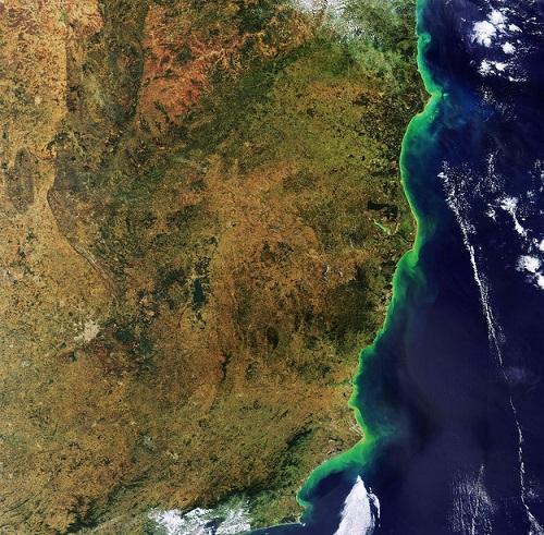 Pode ser que alguns leitores estejam nesta foto, tirada em 2011. A imagem mostra partes de três estados brasileiros: Rio de Janeiro, Espírito Santo e Bahia. Repare que dá para ver parte da Mata Atlântica espalhada pelo litoral brasileiro.