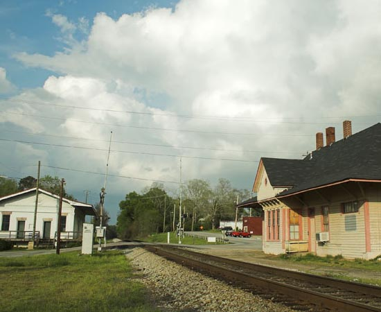 LOCAÇÕES - A maioria das cenas da série de TV The Walking Dead foi gravada em cenários de pequenas cidades do estado americano da Geórgia.