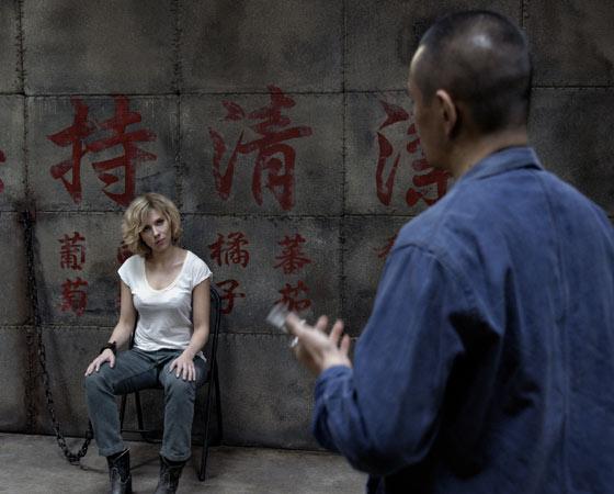 A máfia chinesa obriga uma refém a transportar uma nova droga sintética dentro de seu corpo. Mas depois de um acidente, a droga se espalha pelo organismo da moça e faz com que ela tenha um desenvolvimento cerebral acima da média. Em outras palavras: ela ganha superpoderes.