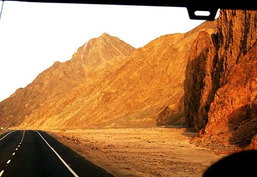Luxor, uma das cidades turísticas mais importantes do Egito, também tem uma estrada assustadora. A rodovia que liga a cidade à Hurghada, perto do Mar Vermelho, é uma das mais perigosas do mundo. O risco ali são os assaltos que ocorrem ao longo da rodovia, além do alto índice de acidentes.
