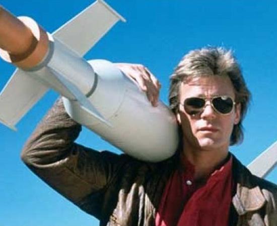 Macgyver (Profissão: Perigo)  (1985) é uma série de TV sobre um agente secreto que resolvia qualquer problema com materiais simples, como um canivete suíço.