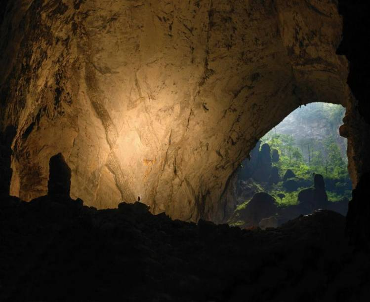 """A Hang Son Đoòng é a maior caverna do mundo, com 5 km de profundidade, 200 m de altura e 150m de largura. Localizada no Vietnã, ela foi descoberta apenas em 1991. Dentro dela, há rios subterrâneos, praias e florestas. Esta é a primeira vez que a caverna foi registrada desta maneira. Tudo graças a um drone, levado até lá pelo fotógrafo Ryan Deboodt. <a href=""""https://vimeo.com/121736043"""" target=""""_blank"""">Teve até vídeo.</a>"""
