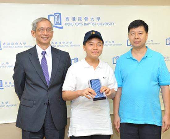 Este é March Tian Boedihardjo, um pequeno gênio que nasceu Hong Kong no ano de 1998. Ele ingressou na universidade aos 9 anos de idade! Em quatro anos de estudos, Boedihardjo conseguiu um diploma de bacharel em Ciências Matemáticas e ainda concluiu um mestrado em Filosofia da Matemática.