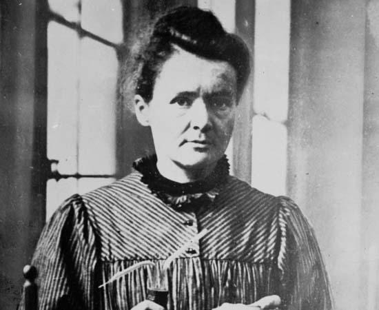 Marie Curie (1867 - 1934) - Física e química polonesa que ficou conhecida por suas contribuições sobre radioatividade. Ganhou o Prêmio Nobel de Física de 1903 e o Prêmio Nobel de Química de 1911, tornando-se a primeira pessoa a conquistar o Nobel duas vezes e em duas áreas diferentes.