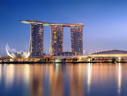 Inaugurado em 2010, o Marina Bay Sands logo virou o principal cartão-postal de Cingapura. E não era para menos: esse hotel de luxo não tem apenas o formato de um barco suspenso, mas também uma das piscinas mais incríveis do planeta.