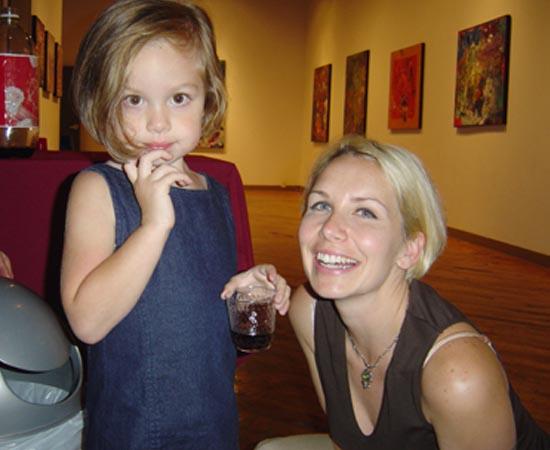 Marla Olmstead nasceu em Nova Iorque (EUA) em 2000. Ela se tornou famosa no mundo todo por causa de suas pinturas abstratas. No início da carreira, quando tinha 6 anos de idade, suas obras chegavam a valer R$ 40 mil. Seu talento é tanto que houve quem investigasse a procedência das peças.