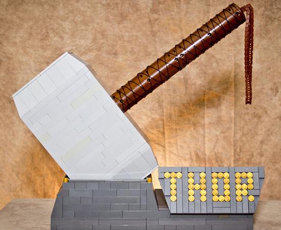 Esta réplica do martelo de Thor foi feita com peças de Lego.