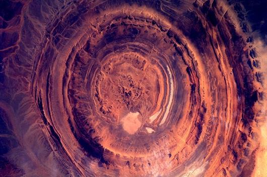 Isso é o mais perto de uma cratera cheia de lava que a maioria de nós vai chegar. Ainda bem. Esse lugar fica no deserto do Saara, na Mauritânia.