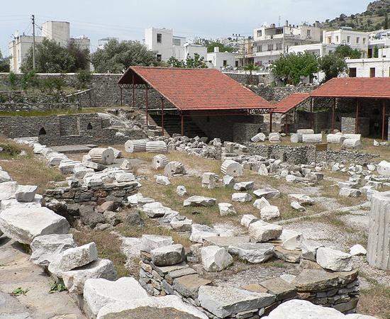 MAUSOLÉU DE HALICARNASSO - É uma tumba construída entre 353 e e 350 a.C. para Mausolo - rei de uma província persa. Foi eleito como uma das sete maravilhas do mundo antigo (embora esteja em ruínas, atualmente). Está localizado em Bodrum, na Turquia.