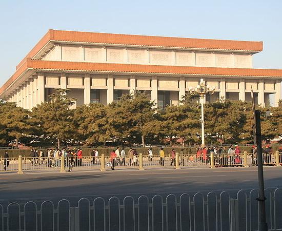MAUSOLÉU DE MAO TSÉ-TUNG - O corpo do presidente da República Popular da China está embalsamado neste monumento, localizado no centro da Praça Tiannamen, em Pequim.