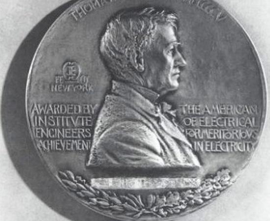 MEDALHA EDISON - Foi uma premiação criada em 1904 por amigos e admiradores de Thomas Edison. Quatro anos mais tarde, o Instituto Americano de Engenheiros Elétricos (American Institute of Electric Engineers) determinou a 'Edison Medal' como sua maior condecoração. Por ironia do destino, Nikola Tesla, um dos maiores rivais de Edison, recebeu o prêmio em 1917.