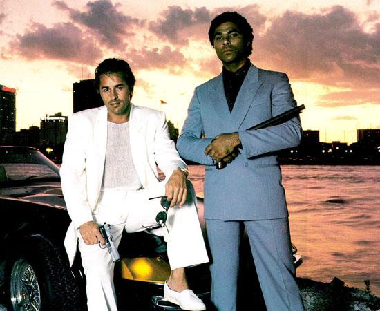Miami Vice (1984) é uma série de TV que mostra dois policiais no combate ao crime.