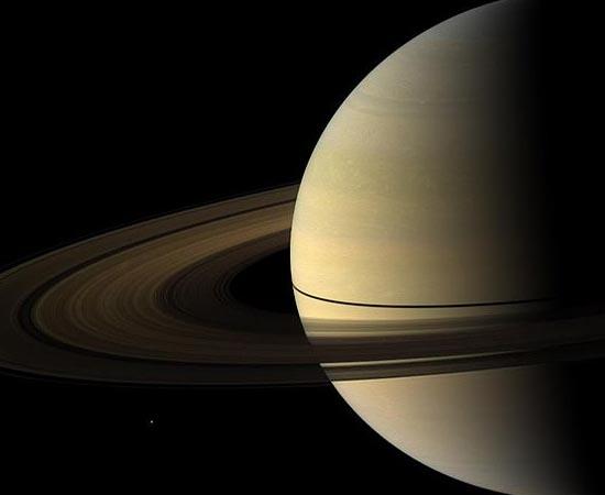 Mimas é apenas este pontinho branco no canto inferior esquerdo da imagem.