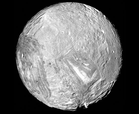 Apesar de ser a menor das grandes luas de Urano, Miranda é um dos satélites mais intrigantes do Sistema Solar.Sua superfície possui o relevo deformado, com penhascos, depressões, crateras, montanhas e planícies. Alguns picos chegam a 15 km de altura! Cientistas acreditam que um objeto gigantesco se chocou contra Miranda e acabou formando os anéis doe Urano.