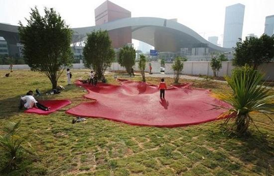 Pegadas de monstros gigantes. É a inspiração para esse playground, em Shenzhen, na China.