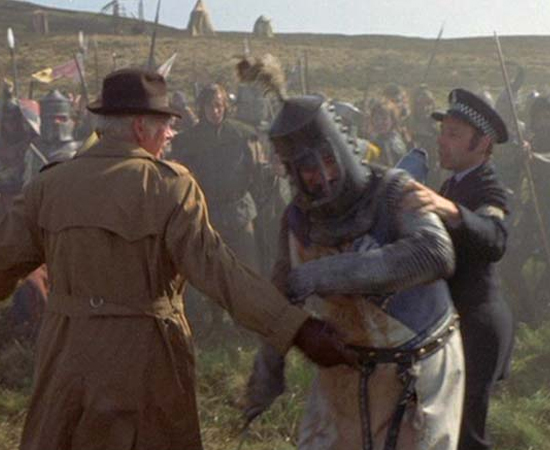 Monty Python em busca do Cálice Sagrado (Terry Gilliam e Terry Jones, 1975) - O Rei Arthur e seus cavaleiros embarcam em uma busca ávida, porém com recursos escassos, pelo Santo Graal. Se você prestar bem atenção, vai logo matar o grande mistério do filme genial feito pelo grupo de humoristas Monty Python.