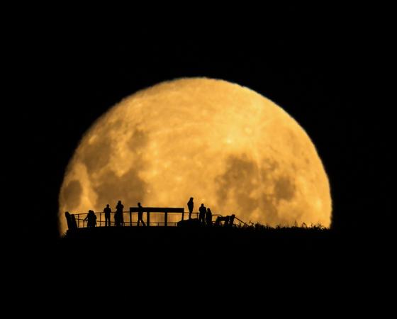 Além de ser eleito Fotógrafo de Astronomia do Ano, Mark Gee também ganhou na categoria Pessoas e Espaço, com esta imagem da silhueta da Lua.