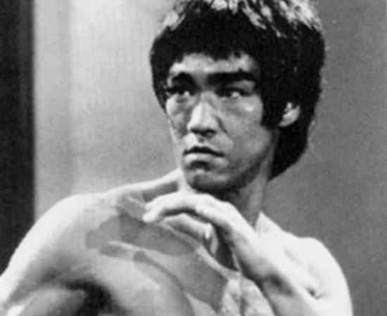 Bruce Lee, ator que ficou famoso por suas habilidades com artes marciais, morreu misteriosamente em 20 de julho de 1973. Neste dia, ele decidiu tomar um analgésico e dormir para curar uma dor de cabeça. Após horas de sono, uma amiga desconfiou que Lee não estava passando bem. Mas já era tarde. Ele morreu por causa de uma reação adversa ao medicamento que tinha ingerido. Obviamente, muitos fãs não acreditaram na história, já que Bruce aparentava ter uma grande resistência. Existem teorias conspiratórias que dizem que o ator foi morto por ter divulgado segredos das artes marciais a ocidentais.