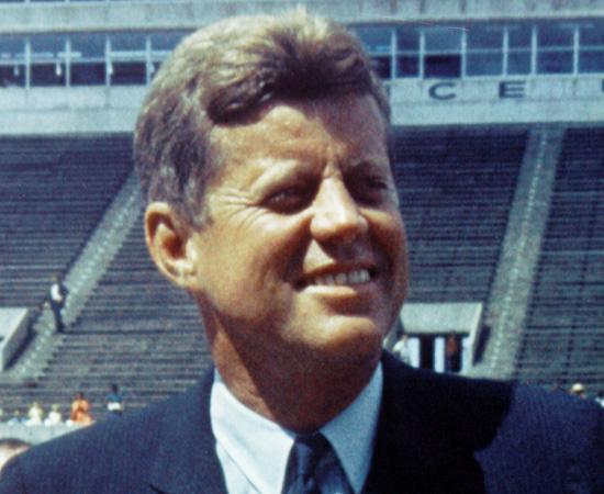 No dia 22 de novembro de 1963, o presidente dos Estados Unidos, John F. Kennedy, foi assassinado por dois disparos enquanto desfilava em um carro, pelas ruas de Dallas (Texas). O atirador foi preso minutos depois do crime, mas há quem acredite que o homicídio foi obra de alguns agentes da CIA contrários a Kennedy.