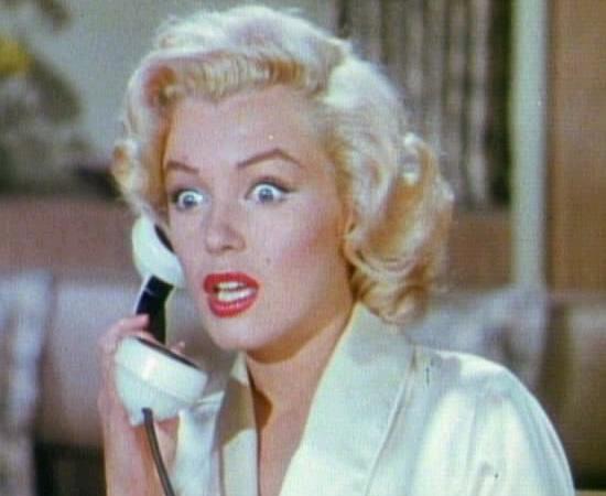 Marilyn Monroe morreu no dia 5 de agosto de 1962, enquanto dormia. A versão oficial, divulgada pela imprensa, informou que a atriz teve uma overdose de medicamentos calmantes (provavelmente durante uma tentativa de suicídio). Mas também existem outras teorias conspiratórias que ligam sua morte ao presidente John Kennedy e a perseguições da CIA. Marilyn, que seria amante de John (e de seu irmão, Robert Kennedy), teria ligado para o político momentos antes de morrer.