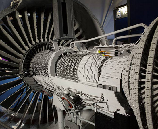 Este motor, que funciona de verdade, foi feito com mais de 150 mil peças de Lego.