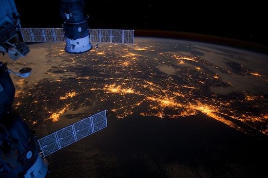 Vista deslumbrante da Terra captada por uma estação espacial em órbita.
