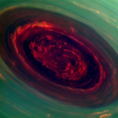Uma câmera acoplada à sonda Cassini registrou esta imagem impressionante de um furacão no polo norte de Saturno. Enorme para os padrões terrestres, o olho dessa tempestade possui cerca de 2.000 quilômetros de largura e as nuvens na borda exterior se movimentam a mais de 500 quilômetros por hora.