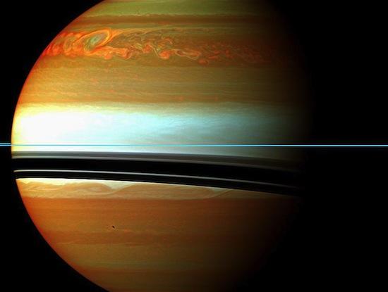 Essa tempestade de Saturno foi a maior já registrada em nosso Sistema Solar. A formação das nuvens no hemisfério norte começou maior que a Terra e logo se espalhou por todo o planeta. Nessa foto, o infravermelho indica as nuvens mais baixas em tom alaranjado, e as mais altas em tons claros. Os anéis de Saturno são vistos quase de lado, indicados pela fina linha azul no centro. A tempestade durou cerca de seis meses.