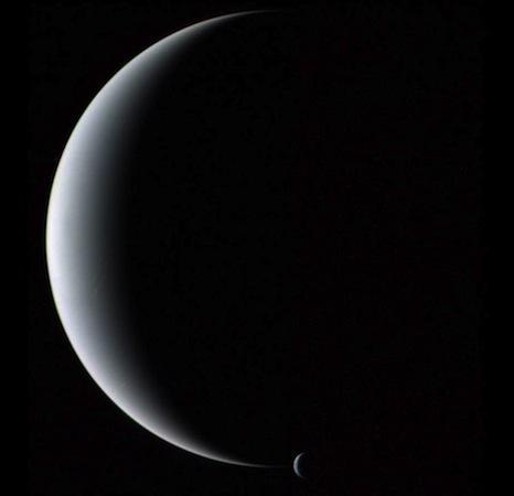 A câmara da sonda Voyager 2 capturou, em 1989, Netuno e Tritão juntos em fase crescente. Essa figura jamais poderia ter sido tomada a partir da Terra, pois a fase crescente de Netuno nunca pode ser observada daqui. Netuno é menor e mais maciço do que Urano, tem vários anéis escuros, e emite mais luz do que recebe do Sol.