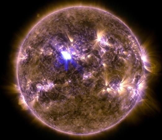 Essa imagem mostra a erupção solar mais forte desse ano até agora. Foi registrada em  11 de abril pelo Solar Dynamics Observatory.