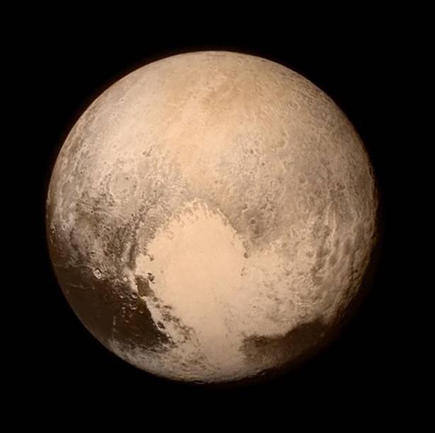 """A uma velocidade de mais de 49.300 km/h, a sonda New Horizons, da Nasa, <a href=""""http://super.abril.com.br/ciencia/sonda-da-nasa-chega-bem-perto-de-plutao"""" target=""""_blank"""">chegou bem perto de Plutão</a> no final de julho,a uma distância de 12.430 km. Além das belas imagens, aviagem de 5 bilhões quilômetros fez com que a Nasa obtivesse mais informações sobre Plutão.A foto também acabou repercutindo bastante na internet por causa da área clara que aparece na parte de baixo. Muitos internautas afirmaram identificar o cão Pluto, da Disney, que em inglês tem o mesmo nome do ex-planeta."""