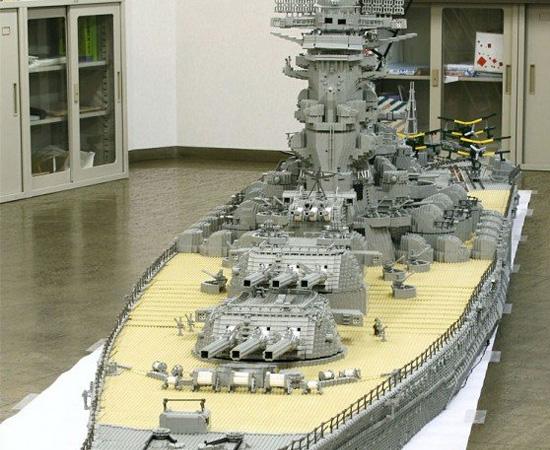 Navio feito com centenas de peças de Lego.