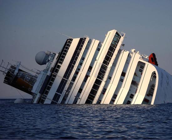 O transatlântico Costa Concordia naufragou no dia 13 de janeiro, após uma colisão contra rochas na Itália. No acidente, 30 pessoas morreram e outras duas continuam desaparecidas.