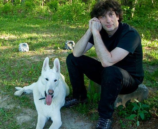 Neil Gaiman e seu cachorro Cabal. O autor de romances e quadrinhos é um dos mais aclamados da atualidade. Escreveu Stardust, Deuses Americanos e a graphic novel Sandman.
