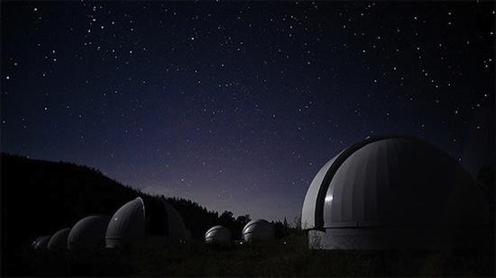 NOVO MÉXICO, EUA - Localizado em um terreno de grande altitude e com poucas nuvens no céu, esse estado americano possui diversos pontos de observação astronômica, como o New Mexico Skies, um observatório onde é possível alugar uma cabine e passar a noite olhando para o céu.