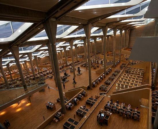 BIBLIOTHECA ALEXANDRINA - Foi inaugurada em 2002, em homenagem à antiga biblioteca destruída na Antiguidade. Possui mais de 300 mil volumes. No prédio, há um planetário, salas multimídia, laboratório de restauração de manuscritos, quatro museus, quatro galerias de arte e um centro de eventos. Localiza-se em Alexandria, a segunda maior cidade do Egito, com mais de 4 milhões de habitantes.